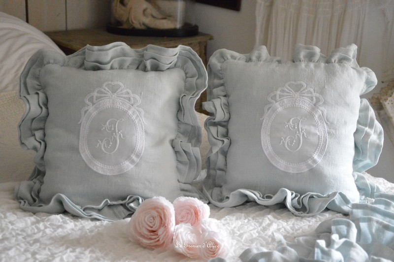 coussin en lin trois volants broderie monogramme romantique shabby chic boutique www. Black Bedroom Furniture Sets. Home Design Ideas