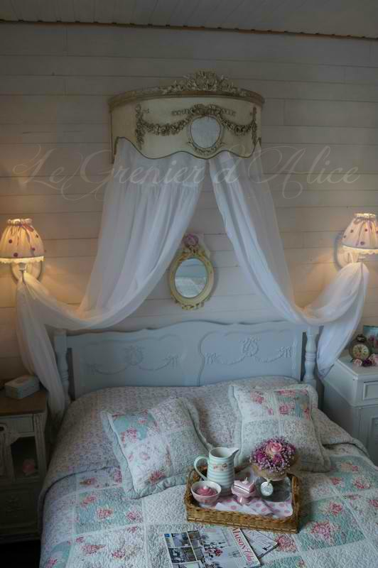 Ciel de lit patiné médaillon monogramme guirlande roses noeud demi lune arrondi galbé de côté decoration de charme shabby chic decoration romantique french decor photo chez cliente