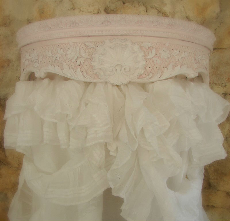 Ciel de lit patin� moulure ornement de style 18e demi lune arrondi galb� de c�t� decoration de charme shabby chic decoration romantique french decor canopy bed