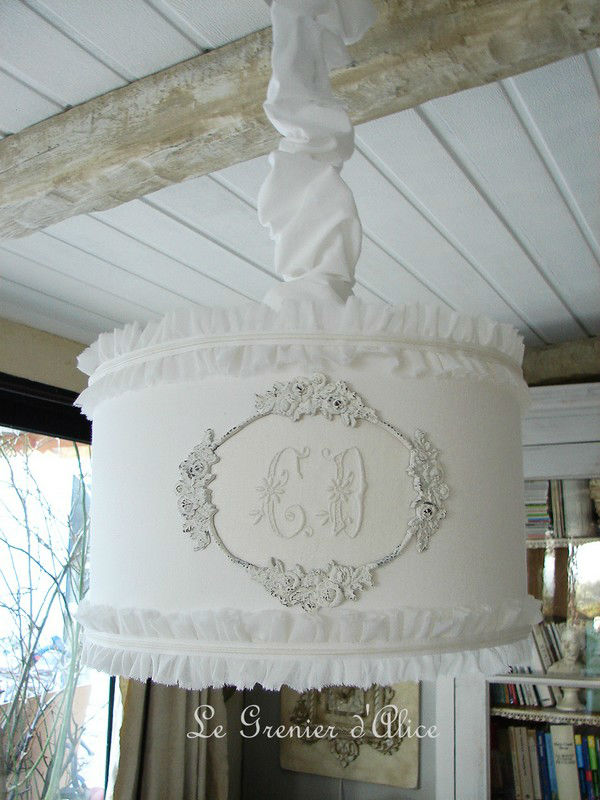 Suspension abat jour cylindrique romantic lampshade serviette ancienne monogramme ornement patine blanche volant ruffle shabby chic decoration de charme le grenier dalice diametre 35